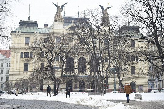 Ten se nachází na dohled od Divadla na Vinohradech, kde Maciuchová dlouhá léta působila.