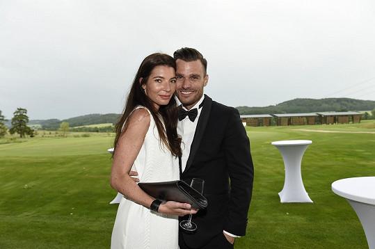 Tato fotka vznikla v létě roce 2015 na svatbě stylisty Filipa Vaňka, kde se dvojice seznámila.