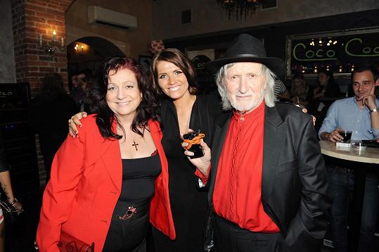 Juraj Jakubisko s manželkou Deanou a krásnou spisovatelkou.