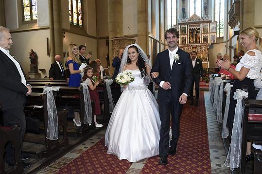 Kolem jedné hodiny odpolední z kostela odcházeli už jako manželé.