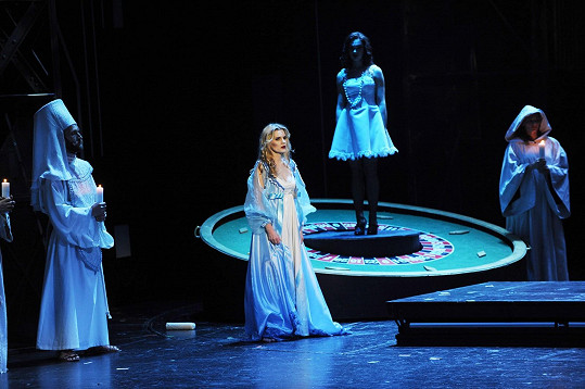 Leona na jevišti karlínského divadla