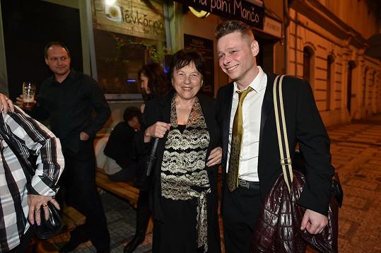 Svatava Bartošová přišla s Jarkem Šimkem a rozdávala úsměvy.