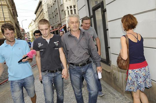 Josef Rychtář se synem Janem opouští budovu soudu.
