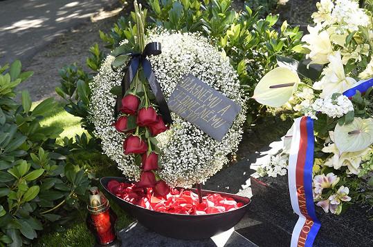 Fanoušci nosí věnce a kytice, nejčastěji růže.