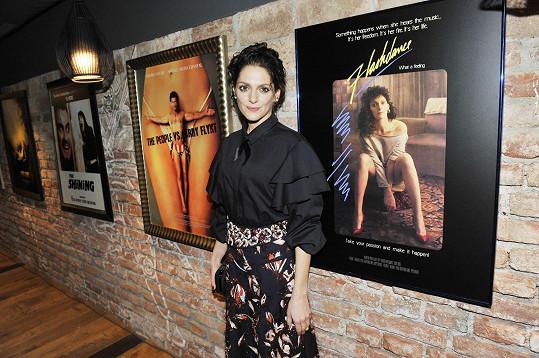 Klára se svým fotoobrazem, který se vydražil za 110 tisíc korun pro nadaci Archa Chantal.