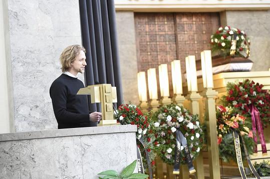 Tomáš Klus promluvil na pohřbu Michala Pavlaty.
