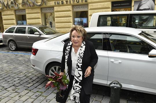 Královna české komedie se vrátila na scénu.