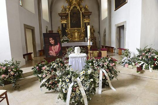Šlapanický kostel Nanebevzetí Panny Marie se zaplnil květinami.