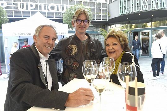 Přijela v doprovodu přítele Lubomíra a režiséra Jiřího Stracha.