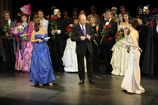Na závěr muzikálu přála k narozeninám producentovi Františku Janečkovi.