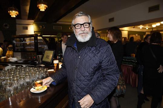 Původně měl roli ztvárnit Jiří Bartoška.
