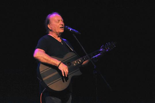 Petr Janda začal po třech měsících koncertovat.