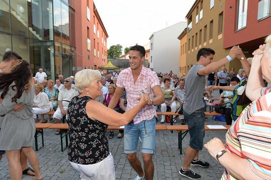 Do víru tance vzali i místní babičky.
