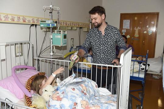 Navštívil i nemocné děti.