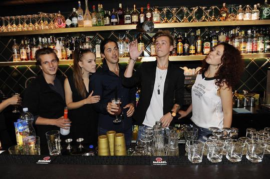 Vojta namíchal drink pro Báru Basikovou.