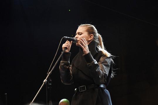 Lenka Nová zpívala i písničky ze své nové desky Čtyřicítka.