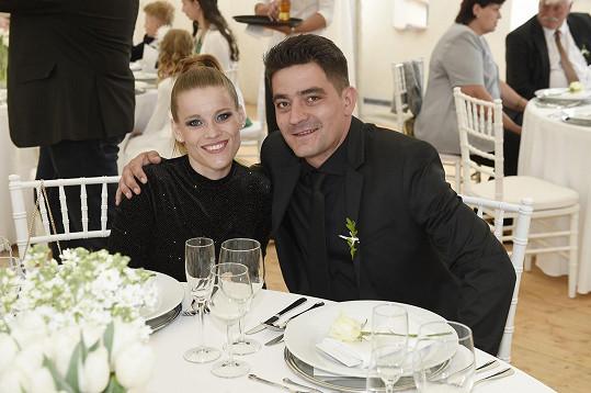 Nevěstina kamarádka Míša Gemrotová s partnerem, houslistou Alexandrem Koptou