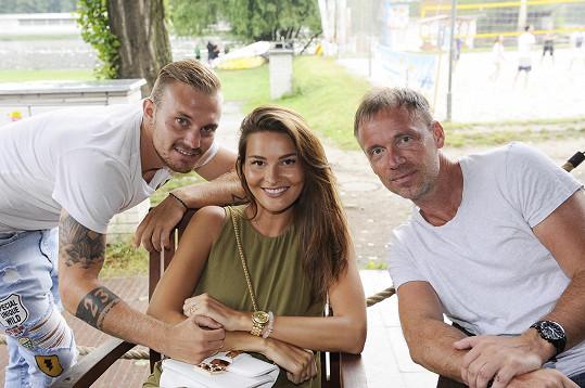 Nikol s přítelem Jakubem a sousedem z Hostivice, zpěvákem Zdeňkem Hrubým