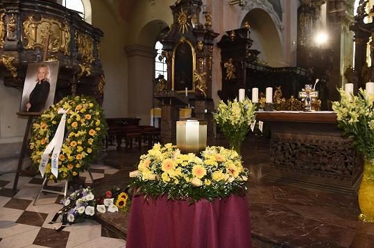 Eva Pilarová měla ráda žluté květiny. Smuteční hosté to ctili.