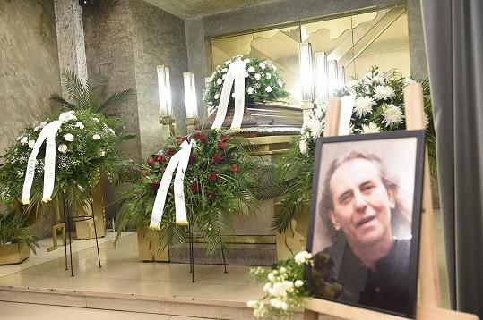 Poslední rozloučení se zesnulým zpěvákem proběhlo 9. července v Krematoriu Strašnice.