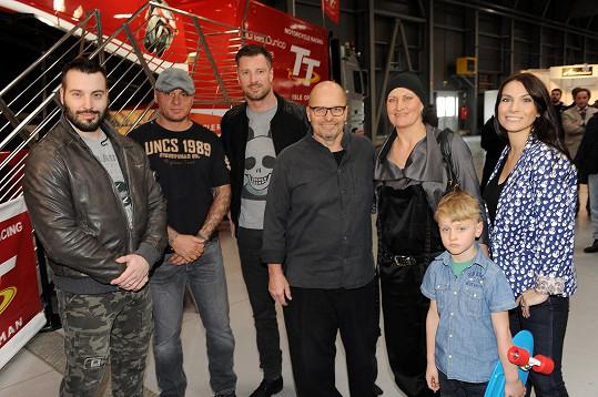 Zdeněk tady spolu s dalšími známými tvářemi křtil novou motorku.