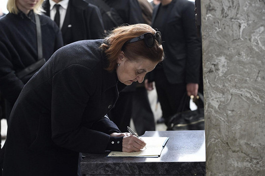 Eva Holubová u kondolenční knihy