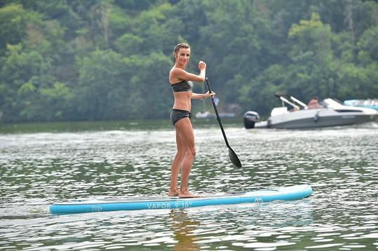 Ivana na paddleboardu nejen jezdí...