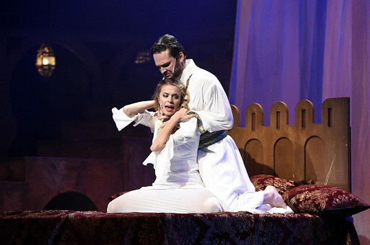 Dominika je jako Desdemona pravidelně uškrcená.