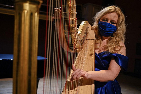 Boušková je první harfistkou České filharmonie.