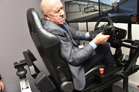 Petr Nárožný si vyzkoušel jízdu v simulátoru závodního speciálu.