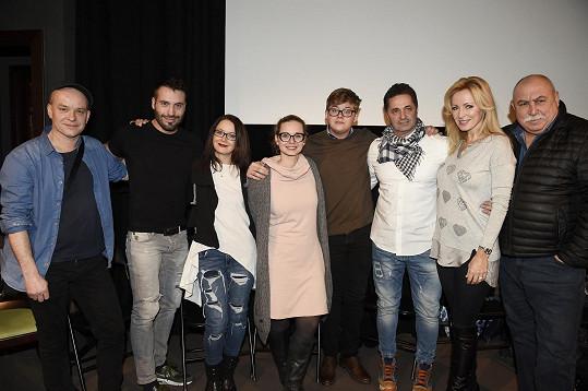 Bořek se svými zkušenějšími kolegy na tiskovce rodinného filmu