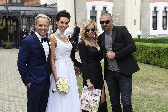 Ve skupině asi dvou stovek svatebčanů byl i fotbalista Tomáš Řepka.