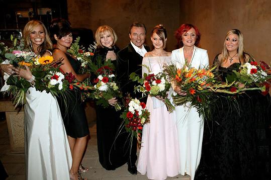 Karel Gott během koncertu na Karlštejně v premiéře představil duet s Martinou Balogovou a na Vánočních královnách v roce 2006 zazpíval hity Stokrát chválím čas a Jsou svátky. Do show se vrátil ještě v roce 2013 na počest hitmakera Karla Svobody.