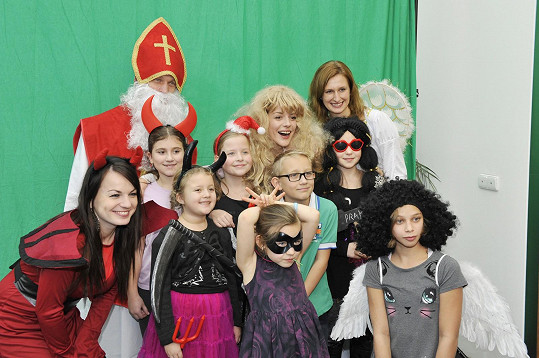 Andrea se s dětmi a jinými kostýmovanými postavami fotila.