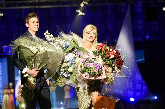 Po přehlídce jí s květy musel pomoct její syn Filip.