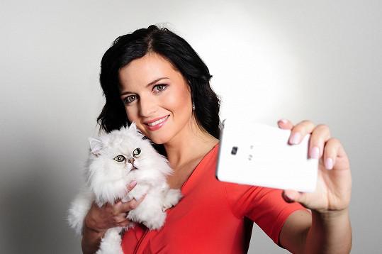 Aneta Savarová zapózovala stylově s kočičkou.