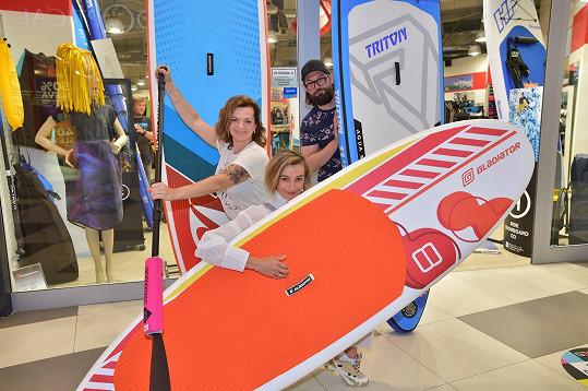 Marta se učí na rybníku na paddle boardu. S Ivanou Jirešovou na něm bude v září závodit.
