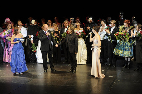 Na pódiu mu přáli herci i režisér Petr Kracik.