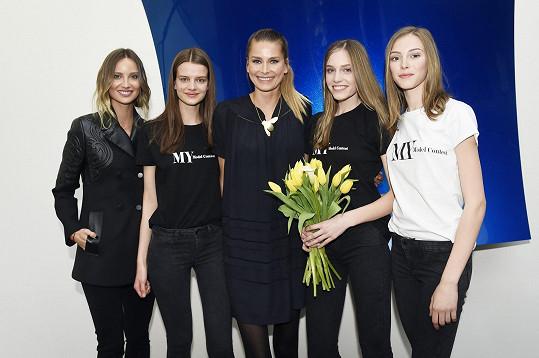 S vítězkami modelingové soutěže a Hanou Soukupovou