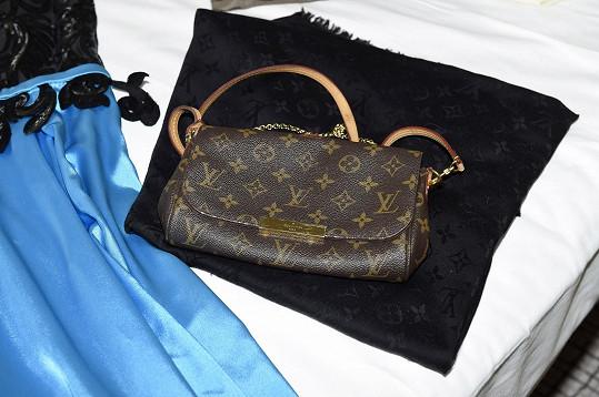 Miluje značku Louis Vuitton, od které má brýle, kabelky, šátky i řadu bot.