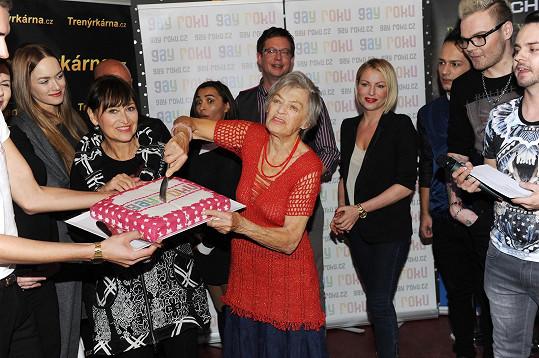 Na počest odstartování prvního ročníku soutěže Gay roku celebrity v čele s Lubou Skořepovou krájí dort.