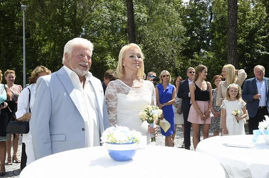 Milan a Dana při skládání svatebního slibu...
