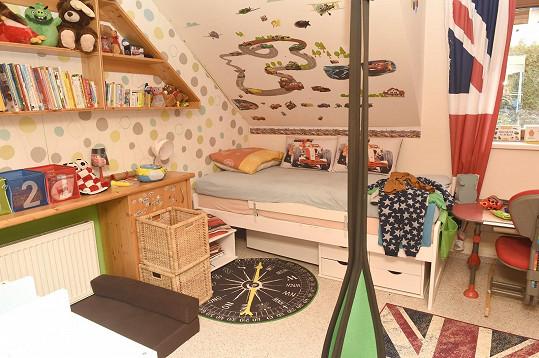 Kluci mají v horním patře také pokojíček.