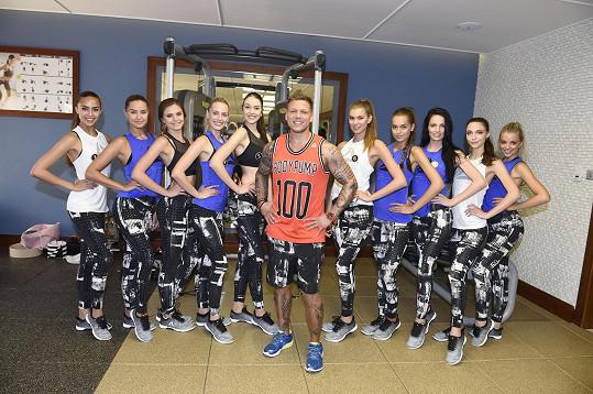 S dívkami pracoval na soutředění i fitness trenér.