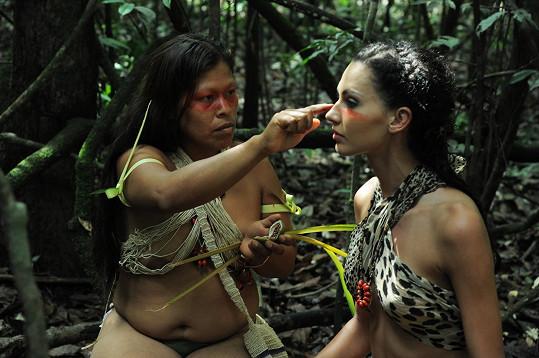Indiánka Elišku připravuje na focení.
