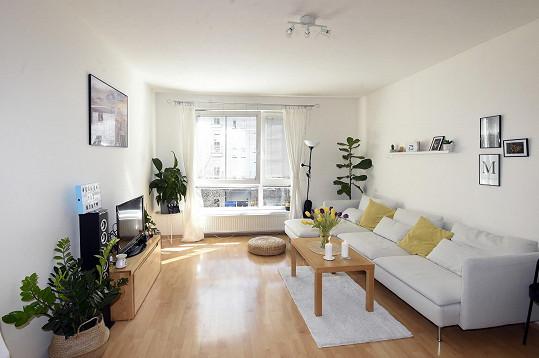 V obývacím pokoji si užívají hlavně velkou pohovku.