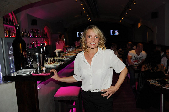 Veronika Jeníková si oblékla na oslavu narozenin průsvitnou halenku.