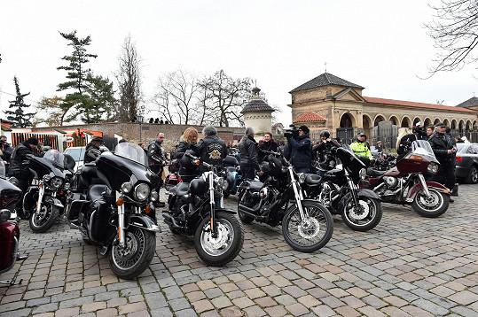 Nechyběli ani motorkáři, protože Hapka byl vášnivým jezdcem na Harleyi. Hapkova motorka byla vystavena před kostelem.