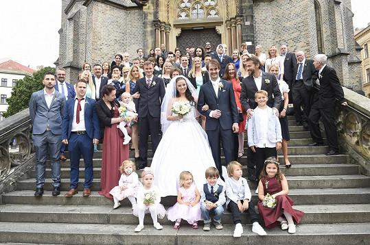 První manželské foto se všemi hosty.