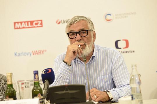 Jiří Bartoška na tiskové konferenci s neodmyslitelnou cigaretkou.
